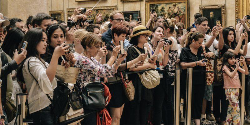 persone che fotografano con macchina fotografica e samrtphone