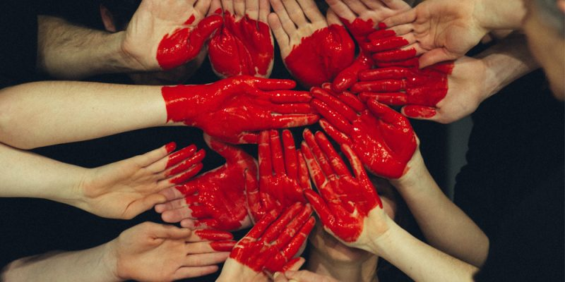 mani che mopongono un cuore